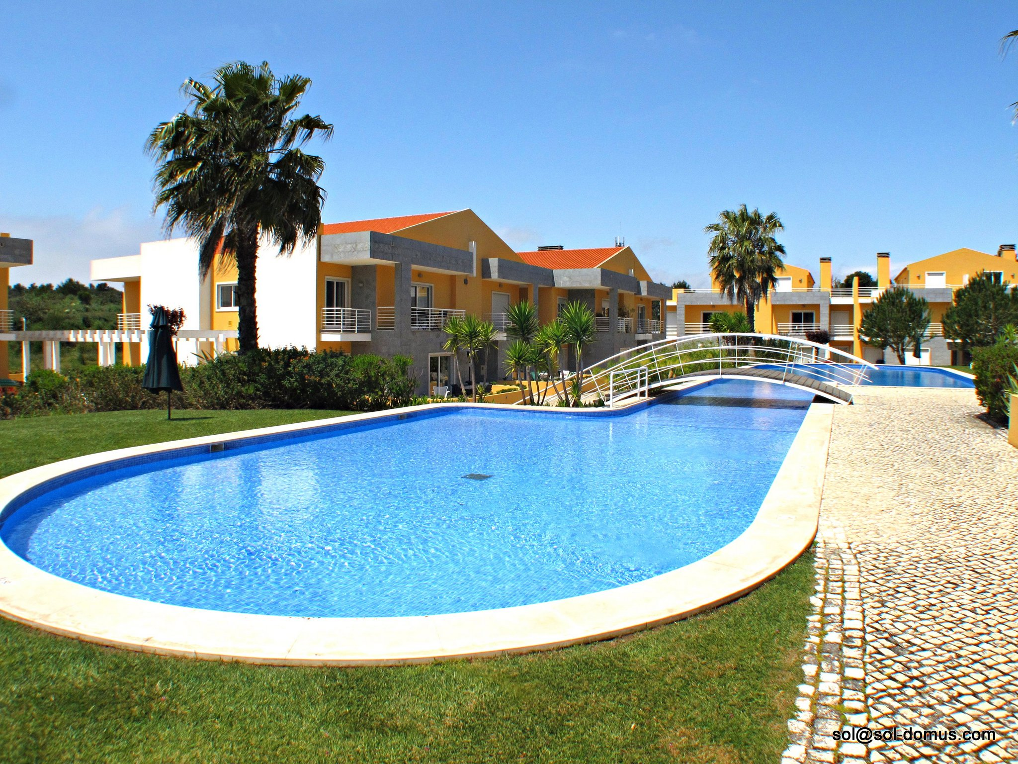 Cascais Garden Apartment 2 – In beautiful luxury condominium with large pools in Cascais