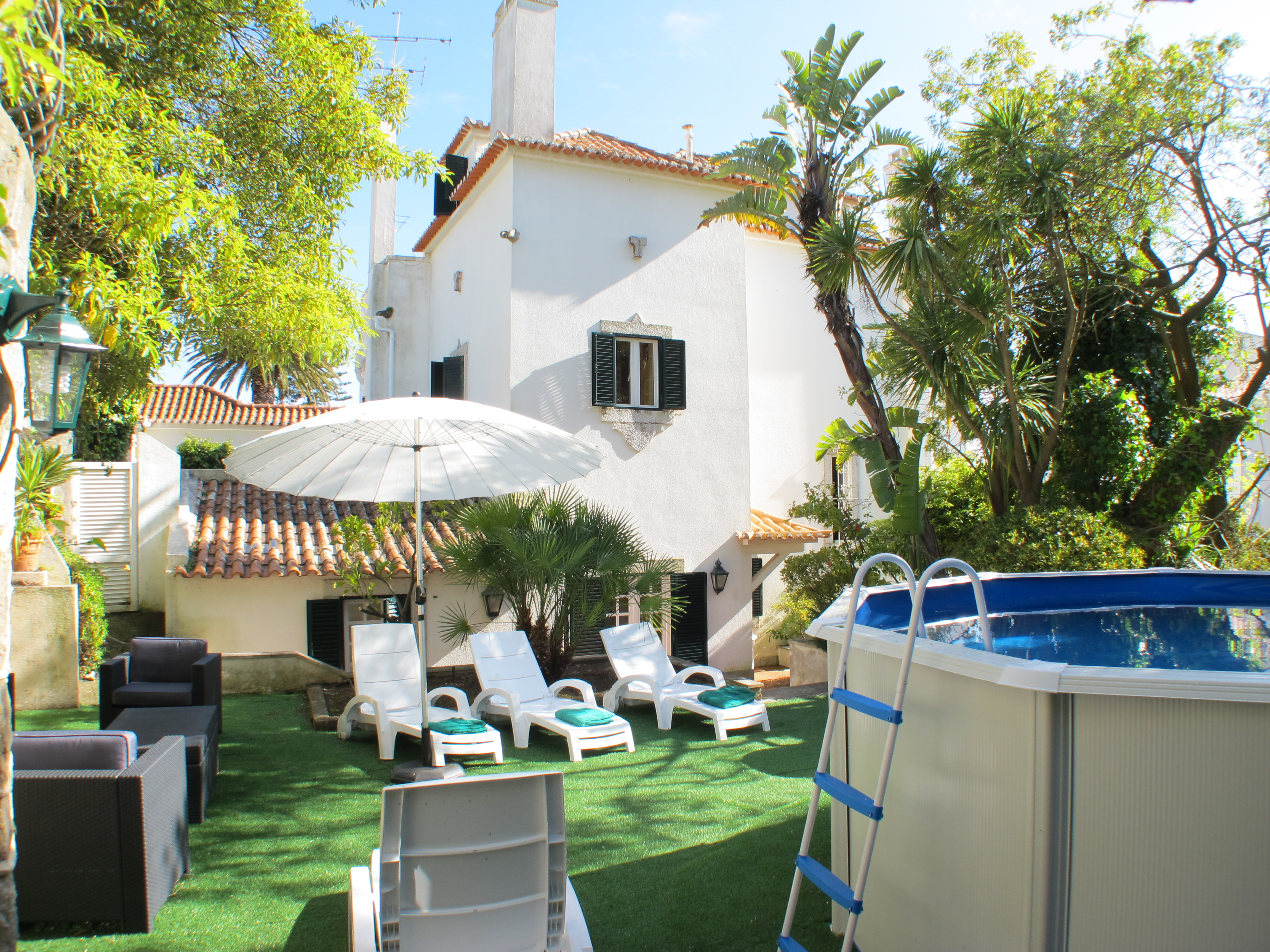 Villa Azamor – Spacious classical villa with garden and small pool in the centre of Estoril